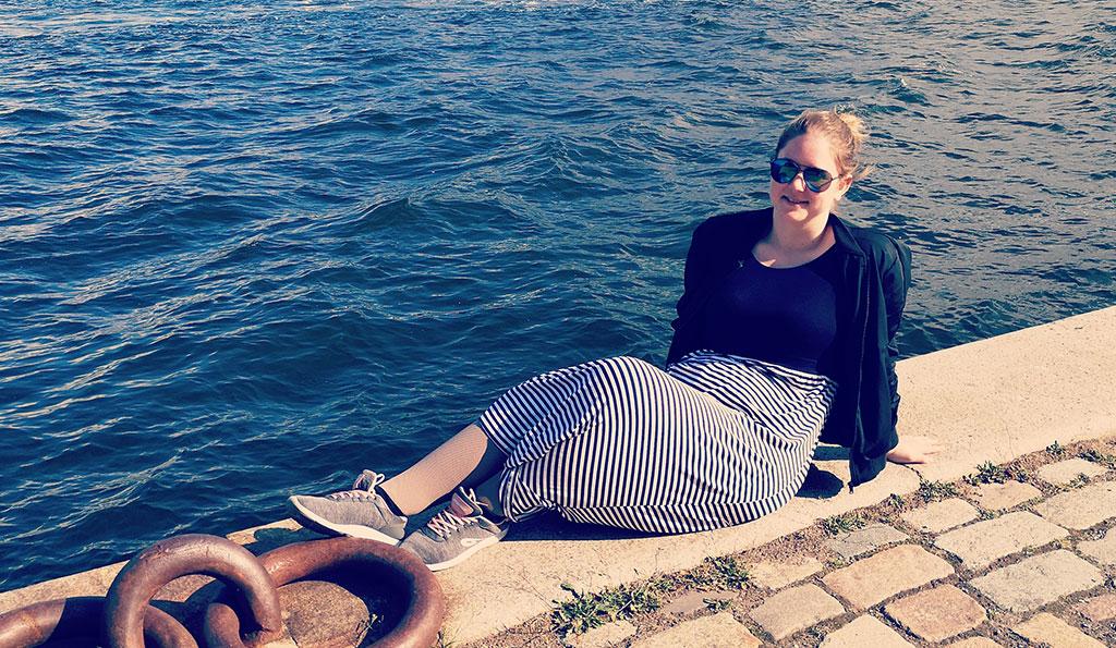 Martine am Ufer