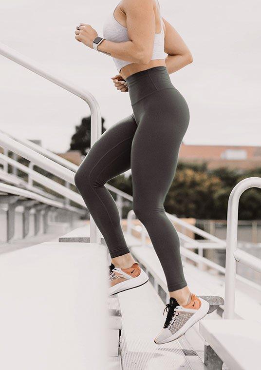 Frau joggt Treppe nach oben   deinestarkeseite.de