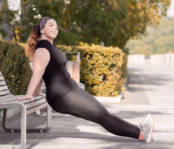 Frau macht draußen Sport | deinestarkeseite.de