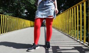 Zerrissener Jeansrock mit Perlen: ein aktueller Trend
