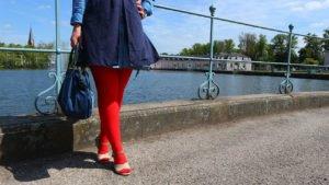 Outfitkombination mit knallig roten Kompressionsstrümpfen