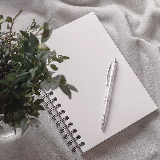 Notizblock mit einem Stift | deinestarkeseite.de